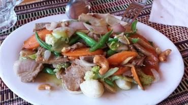 Manzo con verdure saltate ed anacardi