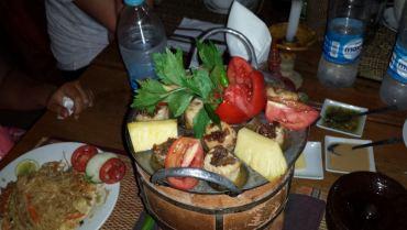 Pesce alla piastra con verdure e frutta