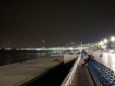 Luna rossa sulla Promenade des Anglais