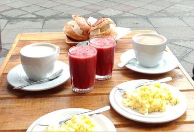 desayuno con judo de mora e pan con queso