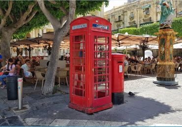 Cabina telefonica e cassetta delle posta all'inglese