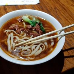 Zuppa di noodle, manzo e verdure