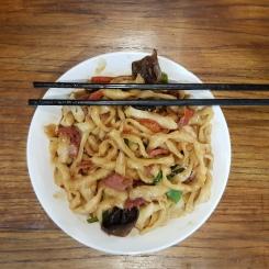 Noodle saltati con carne e verdure