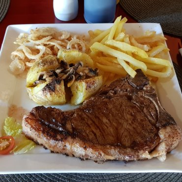 T-bone steak anelli di cipolla e patate