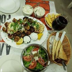 Souvlaki, insalata greca e salse