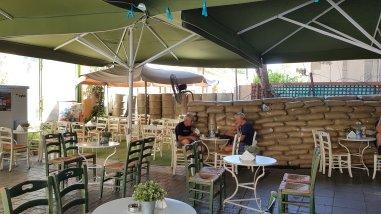 Muro di Nicosia parte greca in un bar