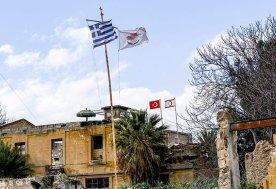 Le bandiere ci Cipro e Cipro Nord